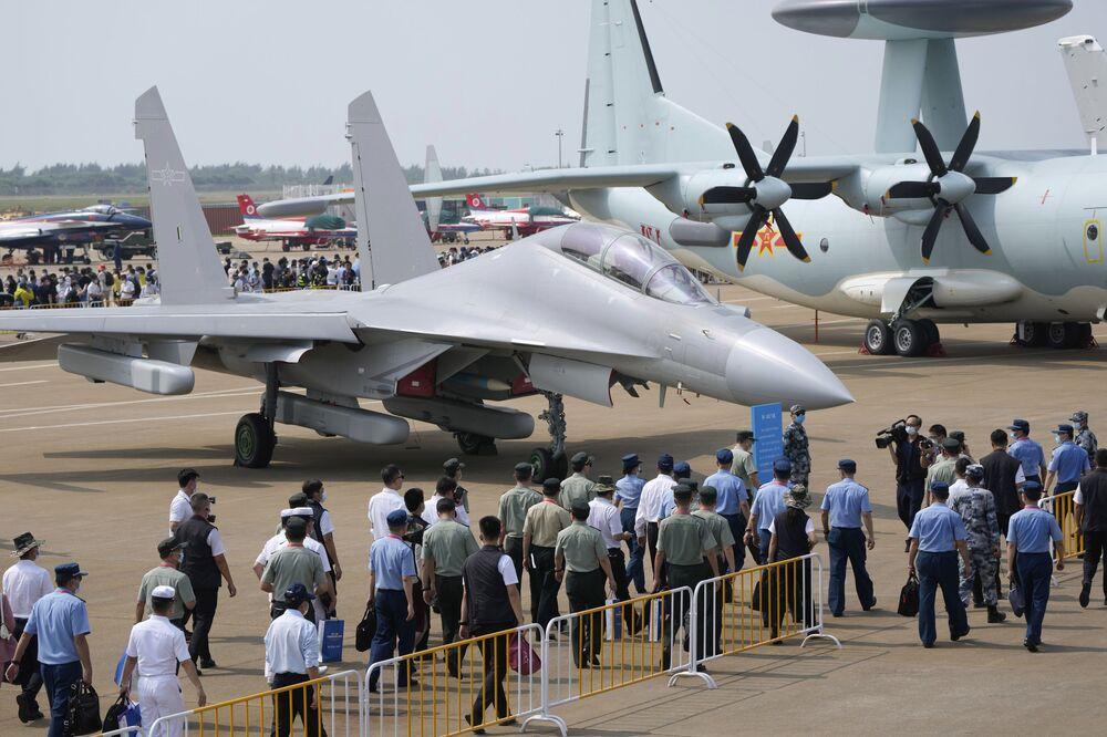مقاتلة جي-16 دي ( J-16D) التابعة لسلاح الجوي الصيني، في معرض الصين الدولي للطيران والفضاء، أو معرض الصين الجوي، في تشوهاى، مقاطعة قوانغدونغ، الصين  28 سبتمبر 2021.