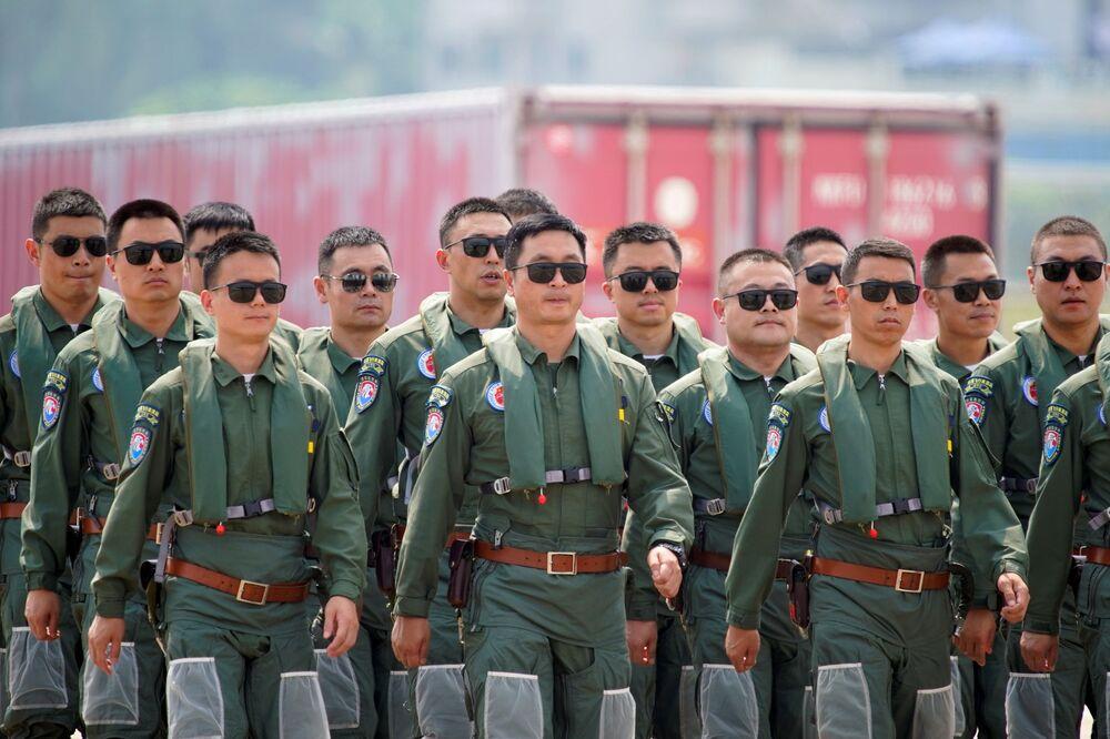 أعضاء فريق الاستعراض الجوي الصقر الأحمر التابعة لسلاح الجوي الصيني، في معرض الصين الدولي للطيران والفضاء، أو معرض الصين الجوي، في تشوهاى، مقاطعة قوانغدونغ، الصين  28 سبتمبر 2021.