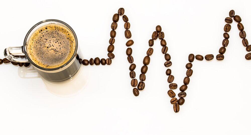 فنجان قهوة مع حبات البن