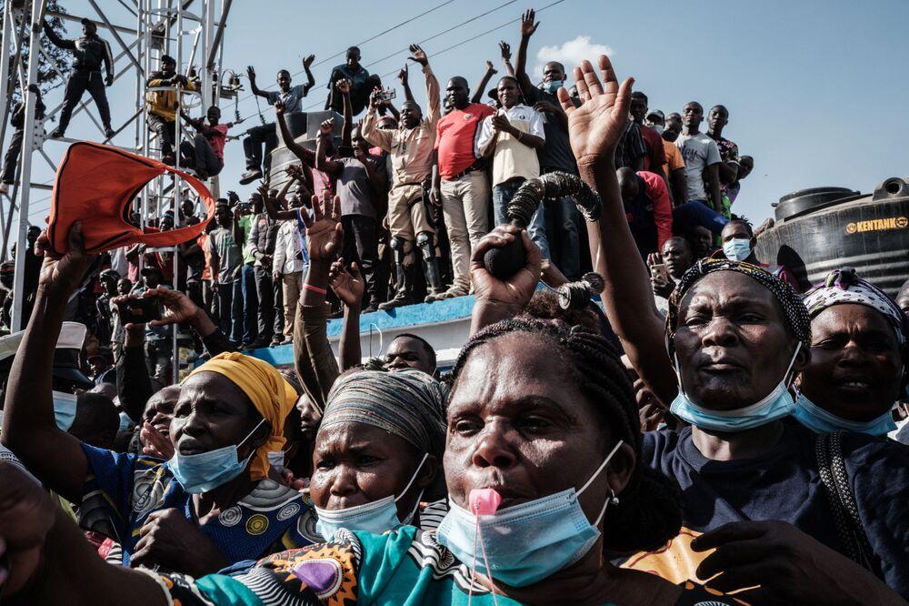 رد فعل موظفات الصحة والناس لدى حضور الرئيس الكيني أوهورو كينياتا وزعيم المعارضة الكيني رايلا أودينجا افتتاح مستشفى كيبرا من المستوى 3 في حي كيبيرا الفقير في نيروبي في 29 سبتمبر 2021.