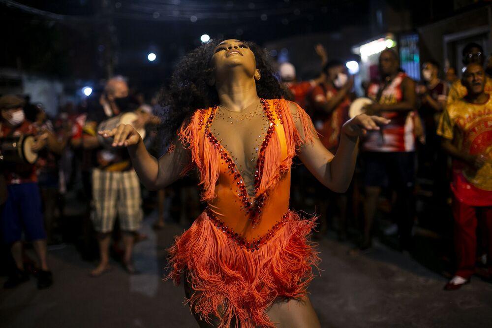 أندريسا مارينيو، 19 عامًا، ترقص أثناء بروفة مدرسة Unidos de Padre Miguel samba في ريو دي جانيرو، البرازيل، 28 سبتمبر 2021.