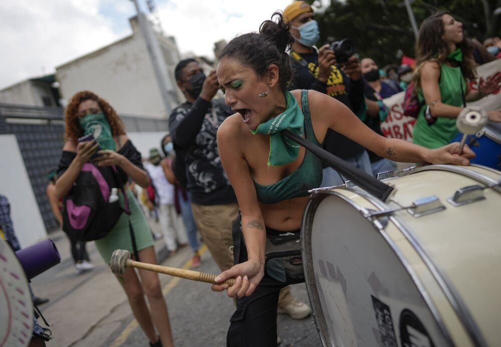 امرأة تعزف على الطبلة خلال يوم العمل العالمي من أجل الوصول إلى إجهاض قانوني وآمن ومجاني، في ساحة في كاراكاس، فنزويلا، 28 سبتمبر 2021.