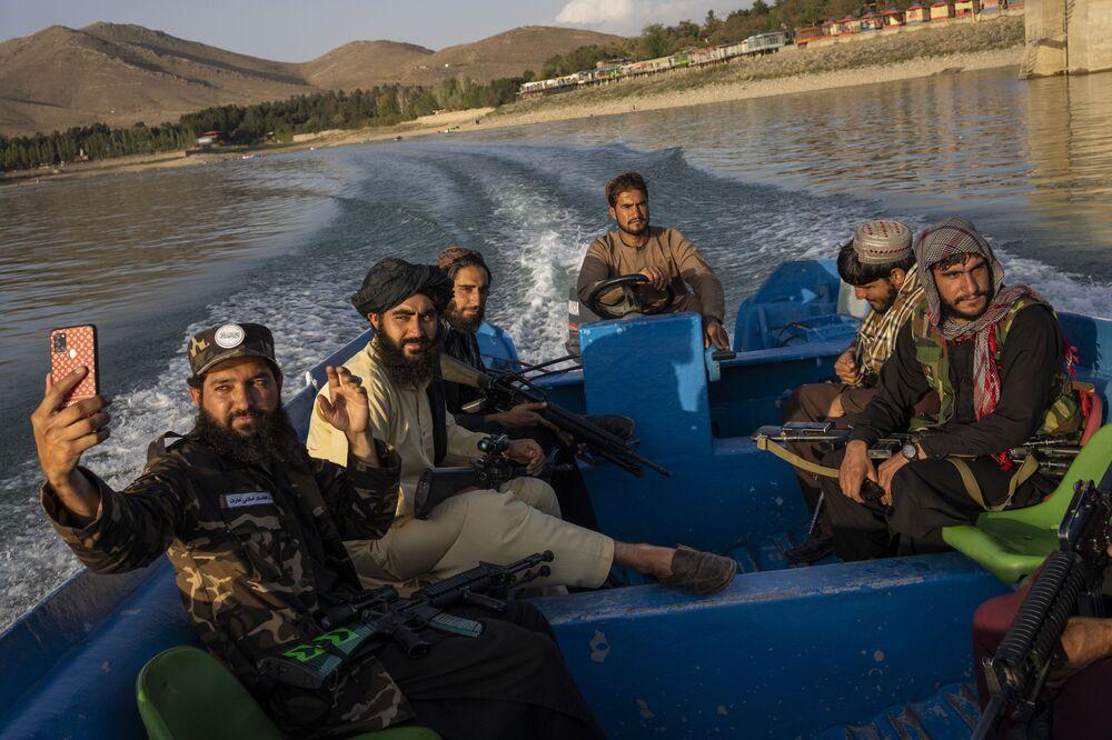 عناصر من حركة طالبان يستمتعون برحلة على متن قارب في سد قرغة، الواقع على أطراف كابول، أفغانستان، 24 سبتمبر 2021.