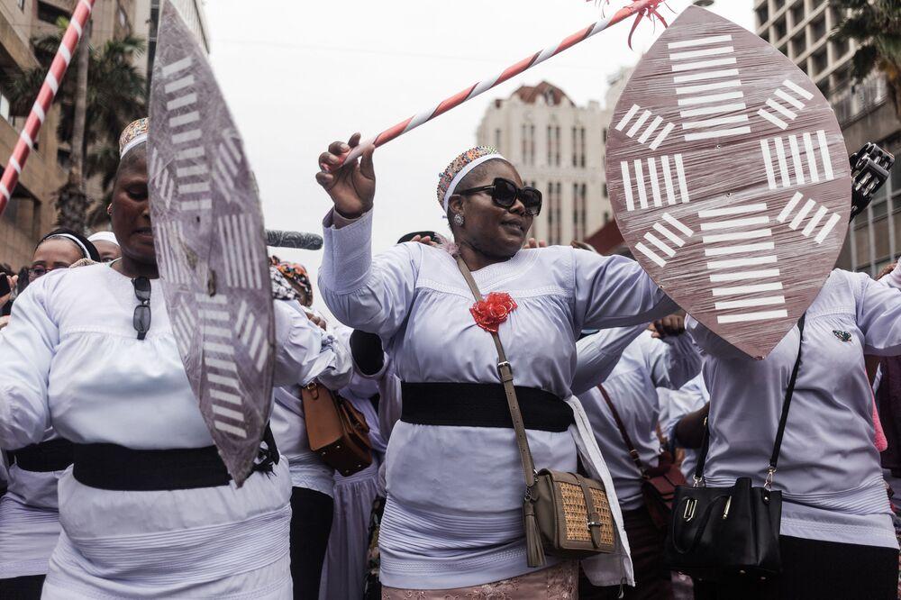 يخرج المئات من أتباع الكنيسة المعمدانية في الناصرة التابعة لمجموعة إبوهليني المعروفة أيضًا باسم كنيسة شيمبي بقيادة مدودوزي أونيازي لويزولو شمبي، 28 سبتمبر 2021