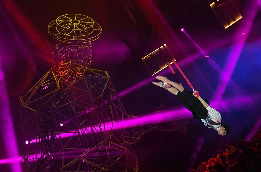 البهلوان، أنطون ميخييف، أثناء عرض بهلواني في الجو مع كرة في رقم اعتني بالمهرجين في سيرك بولشوي سان بطرسبورغ الحكومي. البرنامج مخصص للاحتفال بالذكرى المئوية لميلاد الفنان الكوميدي الكبير يوري نيكولين.