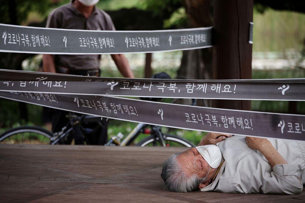 رجل يستريح في جناح تم تطويقه كإجراء لتجنب انتشار مرض فيروس كورونا (كوفيد-19) في حديقة في سيؤل، كوريا الجنوبية، 27 سبتمبر 2021.