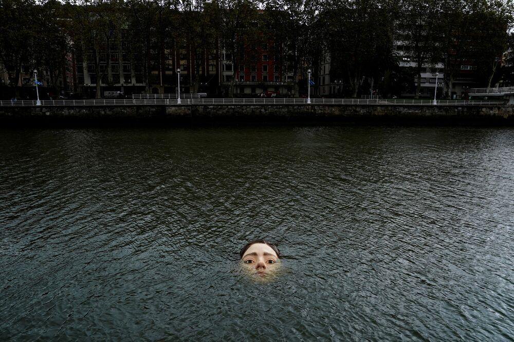 تمثال يبلغ ارتفاعه أكثر من مترين، مصنوع من الألياف الزجاجية بعنوان بيهار'' (غدًا في الباسك) للفنان المكسيكي روبن أوروزكو، في نهر نيرفيون في بلباو، إسبانيا، 27 سبتمبر 2021.