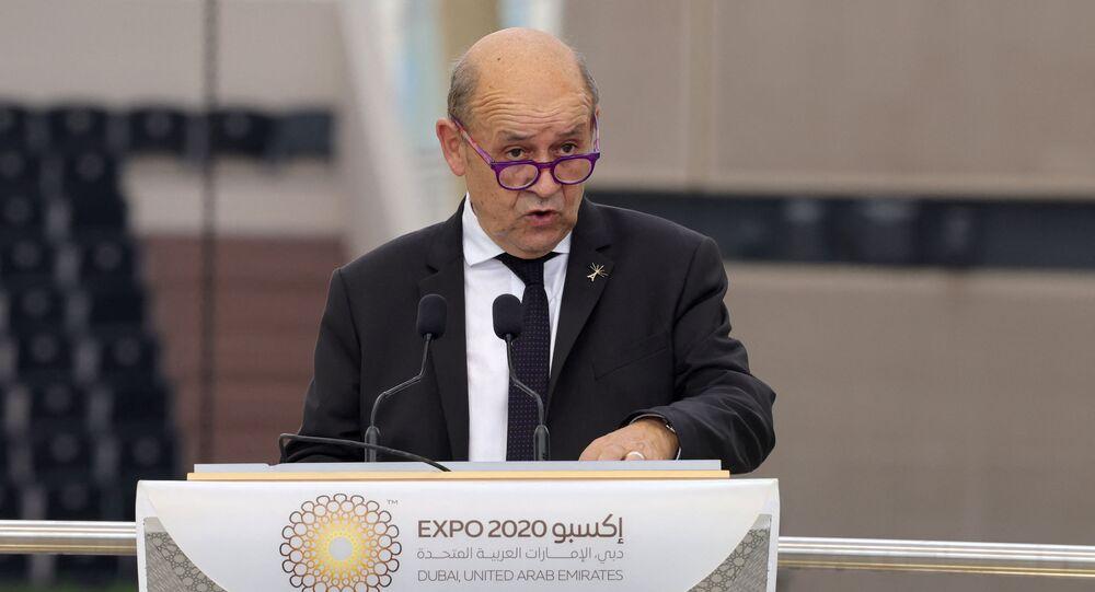 وزير الخارجية الفرنسي، جان إيف لودريان، أثناء زيارته معرض إكسبو 2020 دبي، 2 أكتوبر/ تشرين الأول 2021