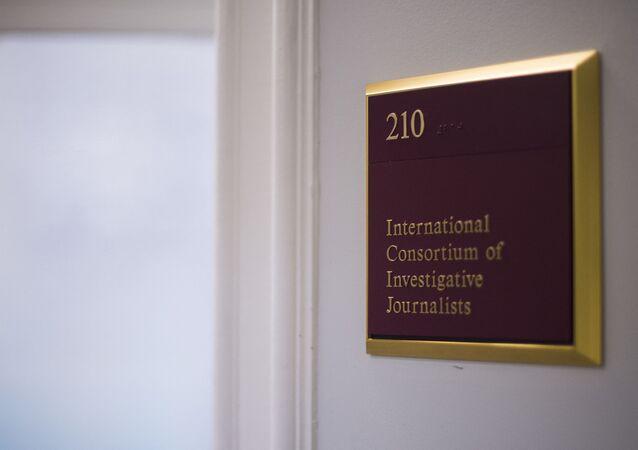 لافتة في مكاتب الاتحاد الدولي للصحفيين الاستقصائيين (ICIJ) في واشنطن العاصمة