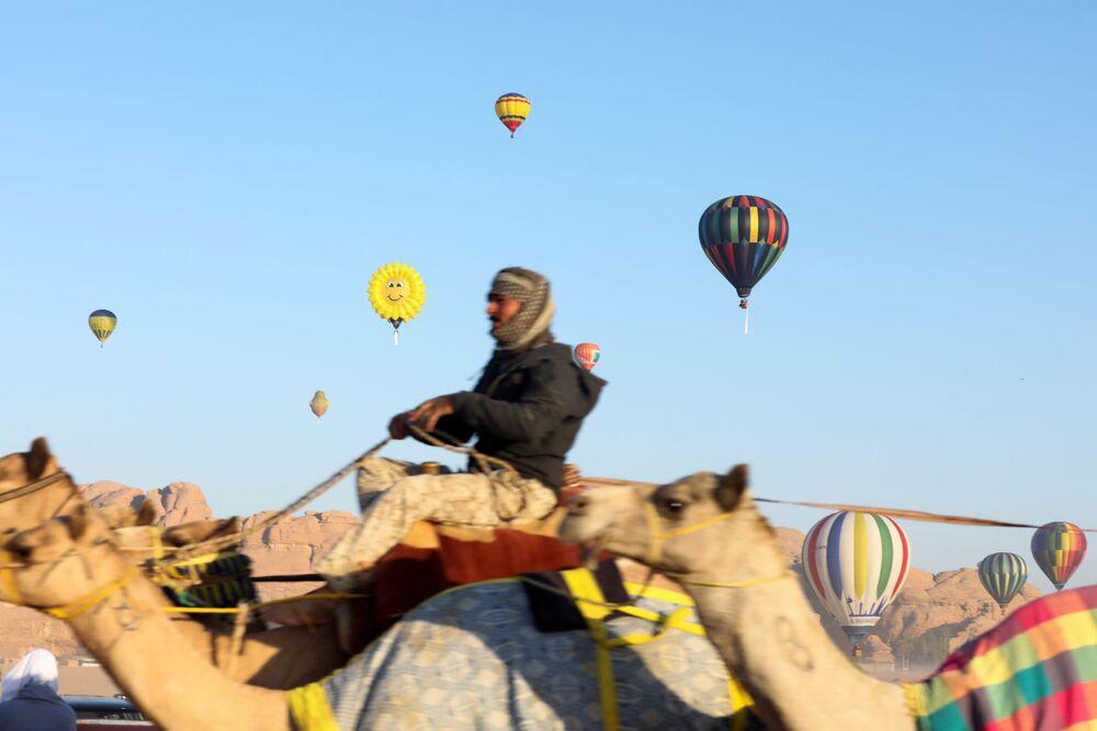 طاقم يقوم بإعداد المنطاد قبل الإقلاع خلال مهرجان منطاد الهواء الساخن في صحراء وادي رم، الأردن، 1 أكتوبر 2021.