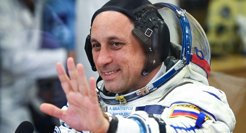 رائد فضاء الروسي أنطون شكابليروف، ضمن طاقم مركبة سويوز إم إس-19 مع طاقم فيلم التحدي الروسي على متنها في بايكانور، 5 أكتوبر 2021