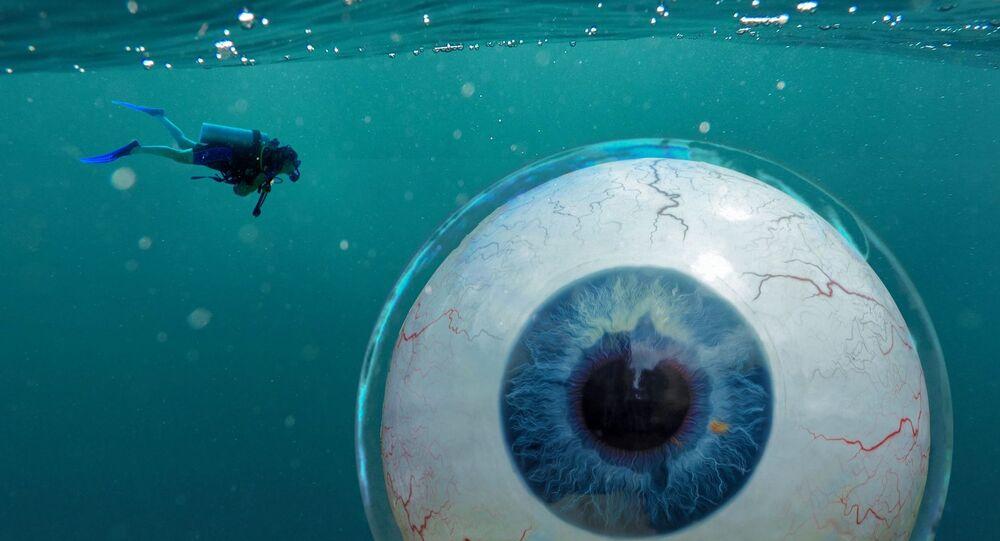 صورة تعبيرية لعين كبيرة جدا داخل مياه البحر مصممة عن طريق الفوتوشوب
