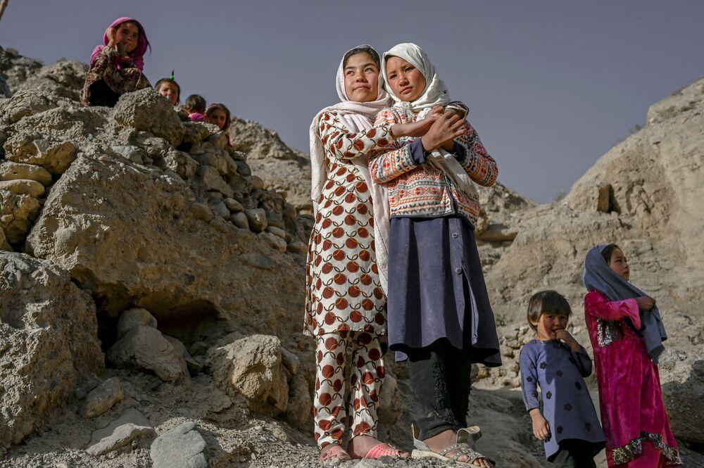 يقف أفراد عرقية هزارة على جرف مليء بالكهوف حيث لا يزال الناس يعيشون كما كانوا يعيشون قبل قرون في باميان، أفغانستان 3 أكتوبر2021