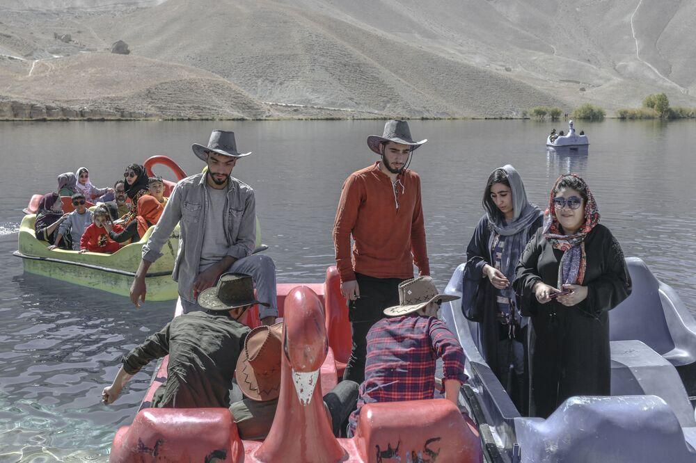 أشخاص، من عرقية هزارة، يجلسون في قوارب تجديف في بان أمين في محافظة باميان، أفغانستان 4 أكتوبر2021