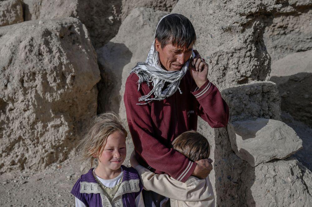 رجل يتحدث على الهاتف، أحد أفراد عرقية هزارة في باميان، أفغانستان 3 أكتوبر2021