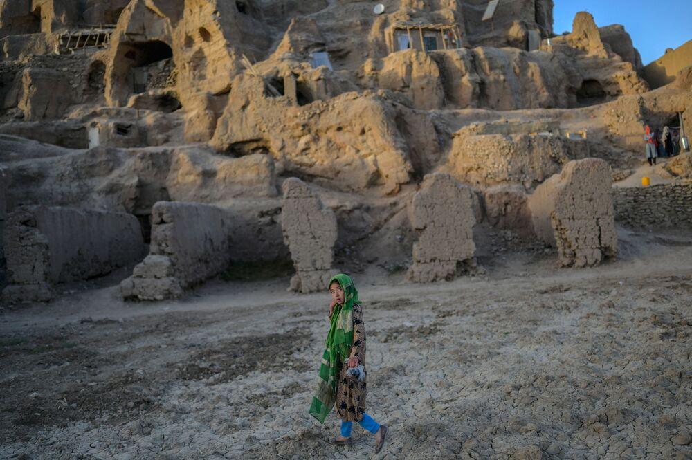 فتاة تسير بالقرب من كهوف في قرية باميان، أفغانستان 3 أكتوبر2021