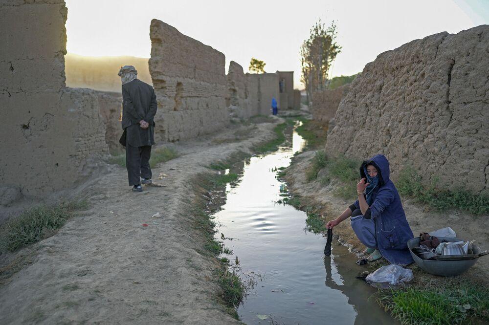 امرأة تقوم بغسيل الملابس والأطباق في قرية باميان، أفغانستان 3 أكتوبر2021