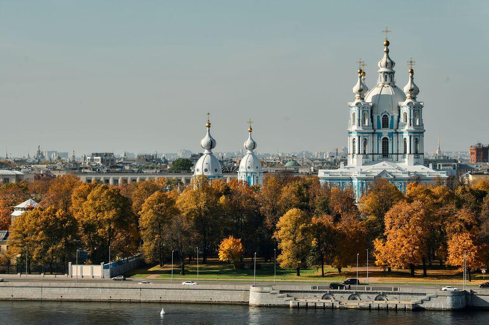 منظر لمجموعة كاتدرائية سمولني في مدينة سان بطرسبورغ الروسية، 2 أكتوبر 2021