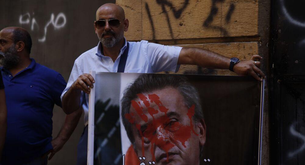 تظاهرة جمعية المودعين اللبنانيين ومجموعة صرخة المودعين الى جانب عدد من الناشطين أمام بنك بيروت، لبنان 6 أكتوبر 2021