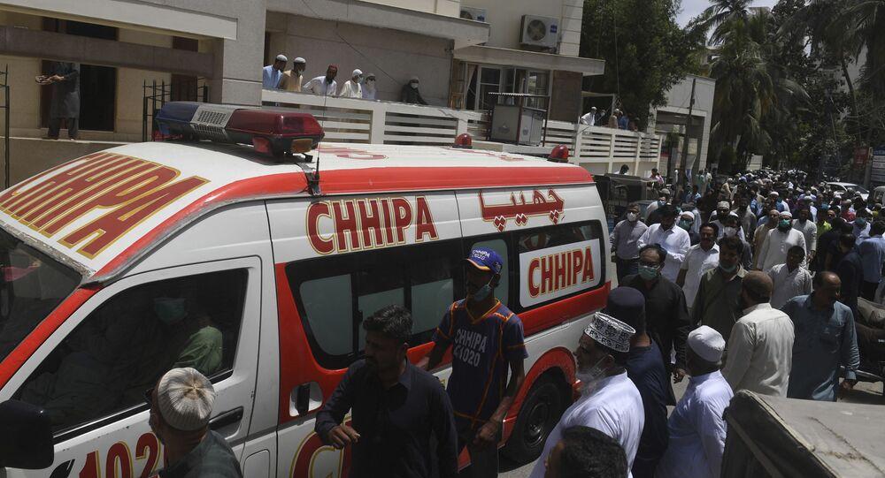 أناس يتجمعون حول سيارة إسعاف في باكستان
