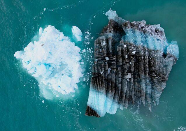 قطعة جليد أمام الجبل الجليدي إيكي في شمال إيلوليسات، غرينلاند ، 15 سبتمبر 2021
