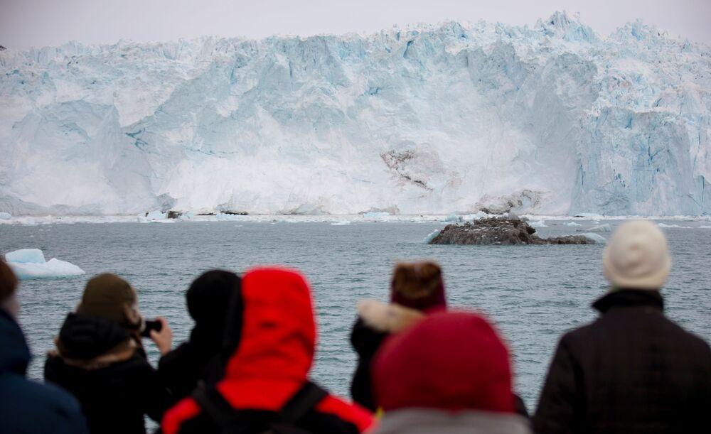 سياح يشاهدون الجبل الجليدي إيكي في شمال إيلوليسات، غرينلاند ، 15 سبتمبر 2021