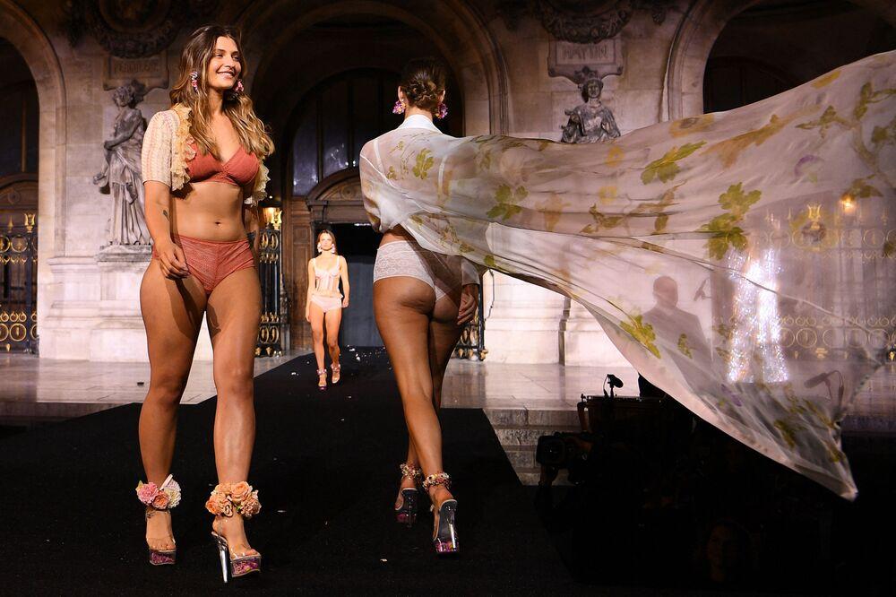 عارضات أزياء يقدمن مجموعة إيتام في عرض إيتام لايف شو 2021 كجزء من عرض أسبوع الموضة في باريس، فرنسا 4 أكتوبر 2021
