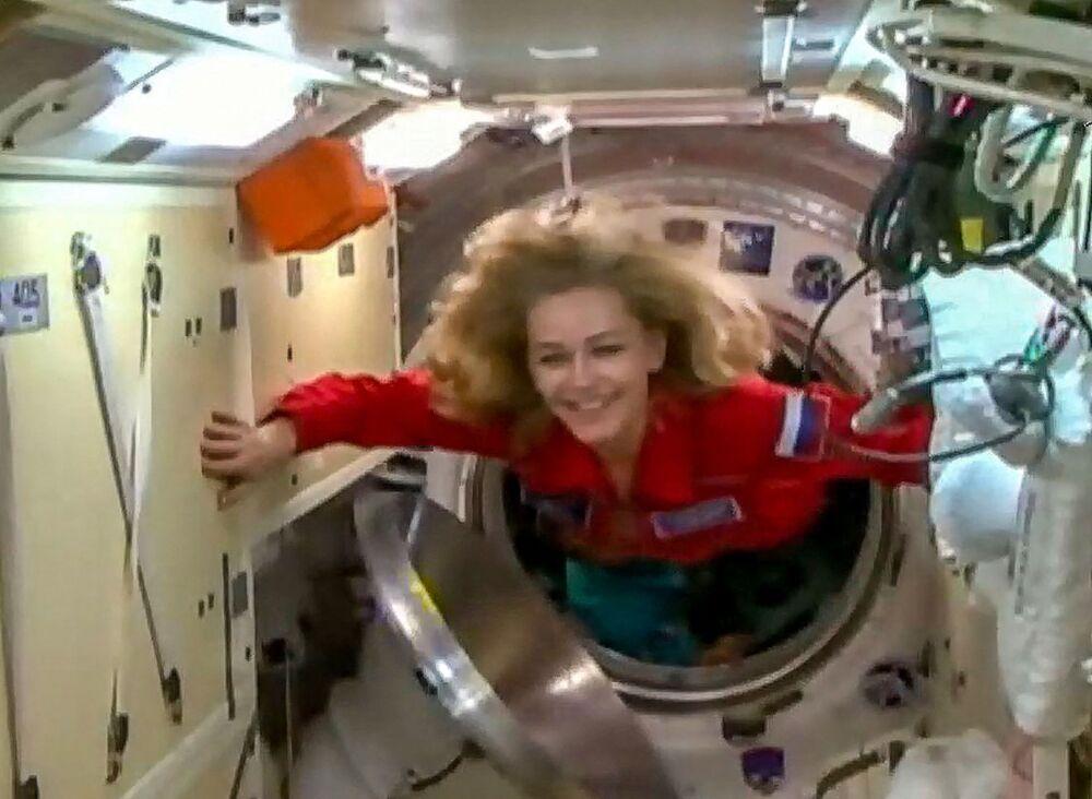 الممثلة الروسية يوليا بيريسيلد، ضمن طاقم مركبة سويوز إم إس-19 وطاقم فيلم التحدي الروسي، لحظة الانتقال إلى محطة الفضاء الدولية، 5 أكتوبر 2021