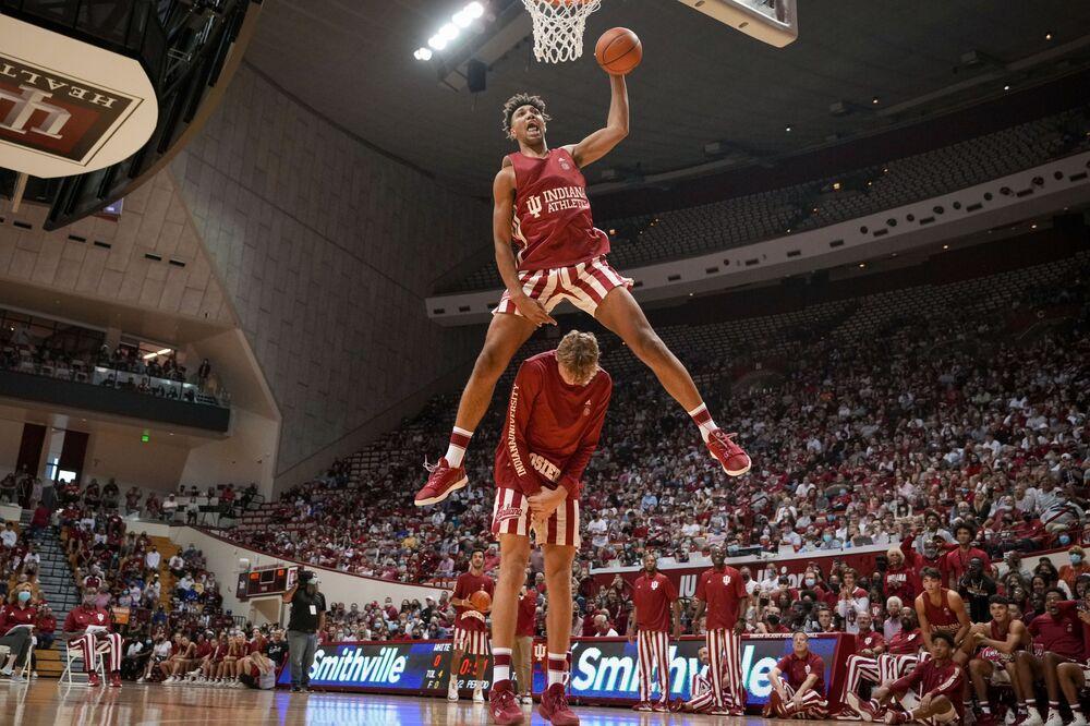 يقفز لاعب فريق إنديانا، ترايسي جاكسون-دافيس، على أحد زملائه في الفريق، خلال مسابقة سلام دونك في إطار انطلاق موسم كرة السلة بالكلية Hoosier Hysteria NCAA في بلومنغتون، إنديانا 2 أكتوبر 2021.