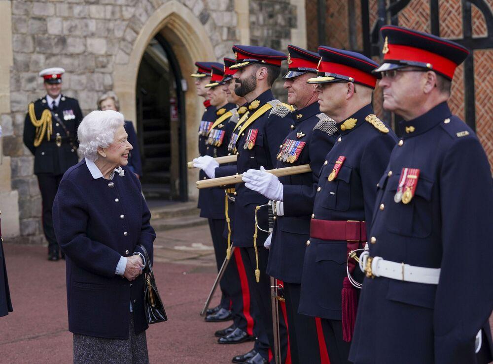 ملكة بريطانيا إليزابيث الثانية تلتقي بأعضاء الفوج الملكي للمدفعية الكندية في قلعة وندسور، وندسور، إنجلترا، 6 أكتوبر 2021.