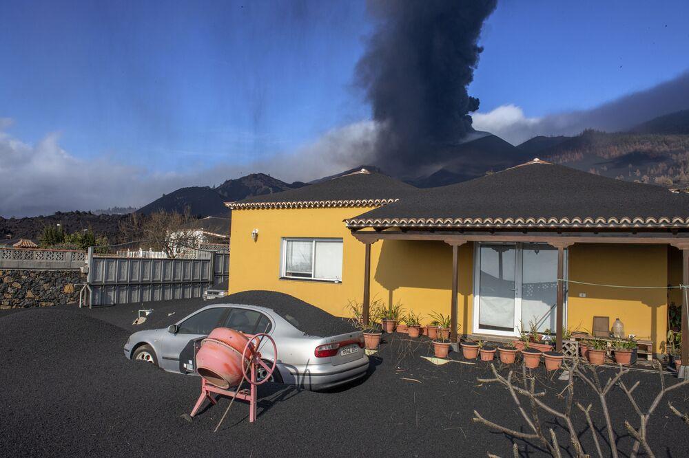 ثوران بركاني في جزيرة لا بالما بإسبانيا 4 أكتوبر 2021