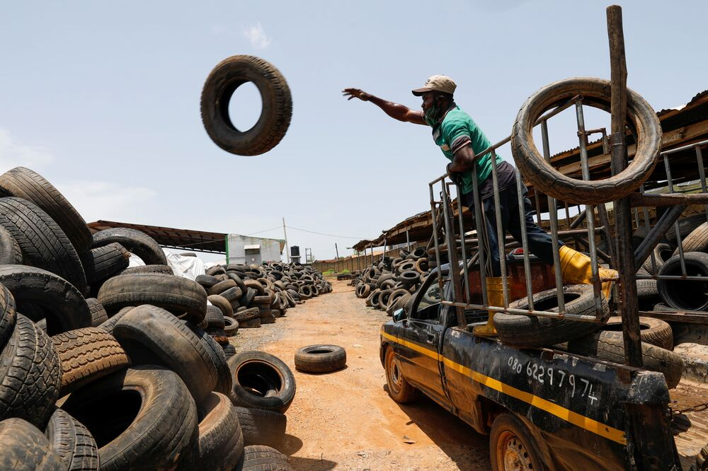 عامل يفرغ إطارات سيارات من شاحنة استعدادًا لإعادة التدوير في مصنع إعادة تدوير نفايات فريتاون في إبادان، نيجيريا، 17 سبتمبر 2021