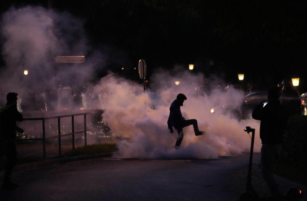 متظاهر يدوس على عبوة دخان خلال احتجاج ضد التطعيمات وإجراءات فيروس كورونا في ليوبليانا، سلوفينيا 5 أكتوبر 2021.