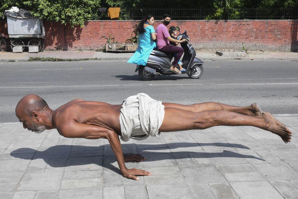 رجل يمارس اليوغا على طول ممر للمشاة في أمريتسار، الهند 6 أكتوبر 2021.