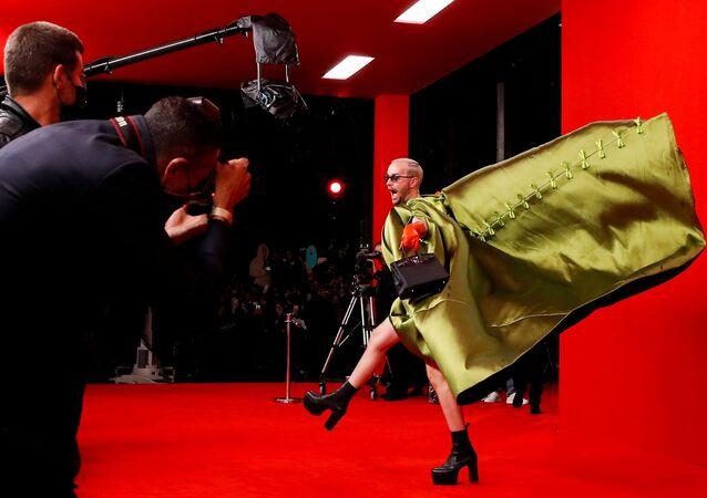 ضيف يصل إلى الحمراء من عرض أزياء مجموعة صيف 2022 من بالينسياغا، في إطار أسبوع الموضة في باريس، فرنسا، 2 أكتوبر 2021.