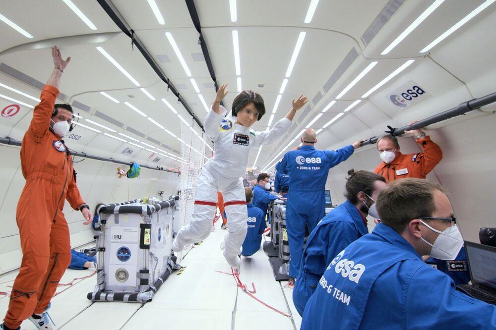 نموذج دمية باربي لرائدة الفضاء الإيطالية سامانثا كريستوفوريتي شوهد خلال رحلة انعدام الجاذبية مع أعضاء من وكالة الفضاء الأوروبية في مكان غير معروف.