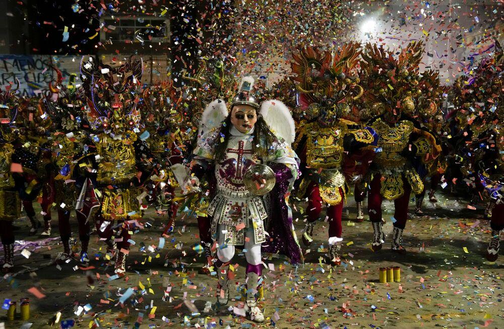 يؤدي الناس رقصة ديابلادا دي أورورو في أورورو، بوليفيا،1 أكتوبر 2021.