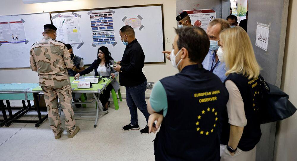 فيولا فون كرامون، رئيسة بعثة الاتحاد الأوروبي لمراقبة الانتخابات في جمهورية العراق، تزور مركز اقتراع خلال التصويت المبكر للانتخابات البرلمانية العراقية في عملية خاصة، في بغداد، العراق، 8 أكتوبر 2021.