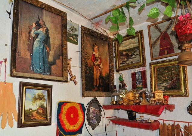 فنانة تشكيلية تعيد إحياء أصالة الريف السوري وتحوّل منزلها للوحة فنية، اللاذقية، سوريا