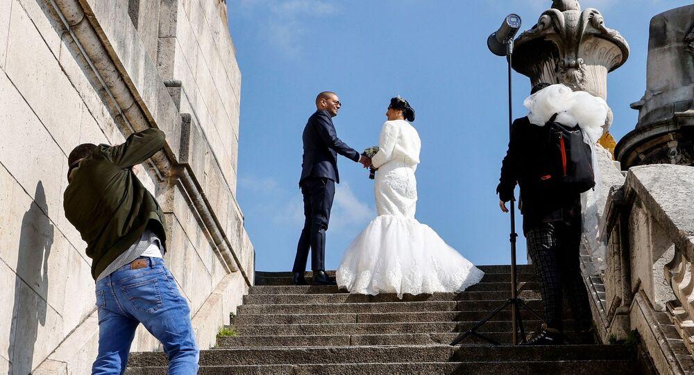 مصور يلتقط صورا لعروسين