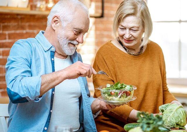 10 أطعمة صحية يجب على كبار السن تجنب تناولها