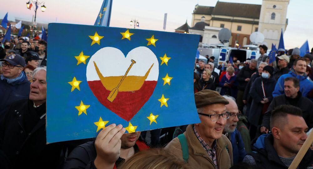 مظاهرة مؤيدة للاتحاد الأوروبي بعد صدور حكم من المحكمة الدستورية ضد سيادة قانون الاتحاد الأوروبي في بولندا، في وارسو في 10 أكتوبر 2021.
