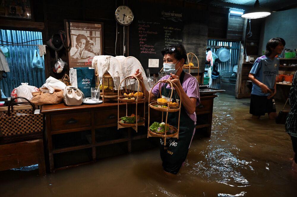 مقهى تشاو فرايا أنتيك (Chaopraya Antique)، حيث تتدفق مياه الفيضانات من نهرتشاوبرايا إلى المطعم في مقاطعة نونثابوري، شمال بانكوك، 7 أكتوبر 2021