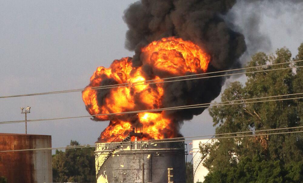 حريق يشتعل في صهريج الوقود في الزهراني، ميناء صيدا جنوبي لبنان، 11 أكتوبر 2021