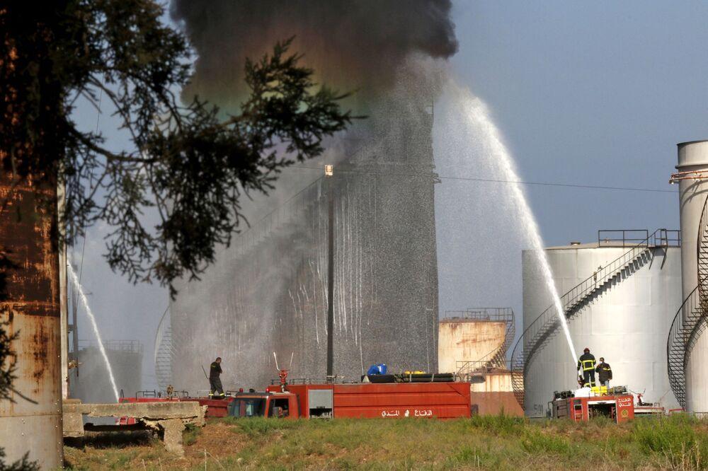عملية اطفاء حريق صهريج الوقود في الزهراني، في مدينة صيدا جنوبي لبنان، 11 أكتوبر 2021