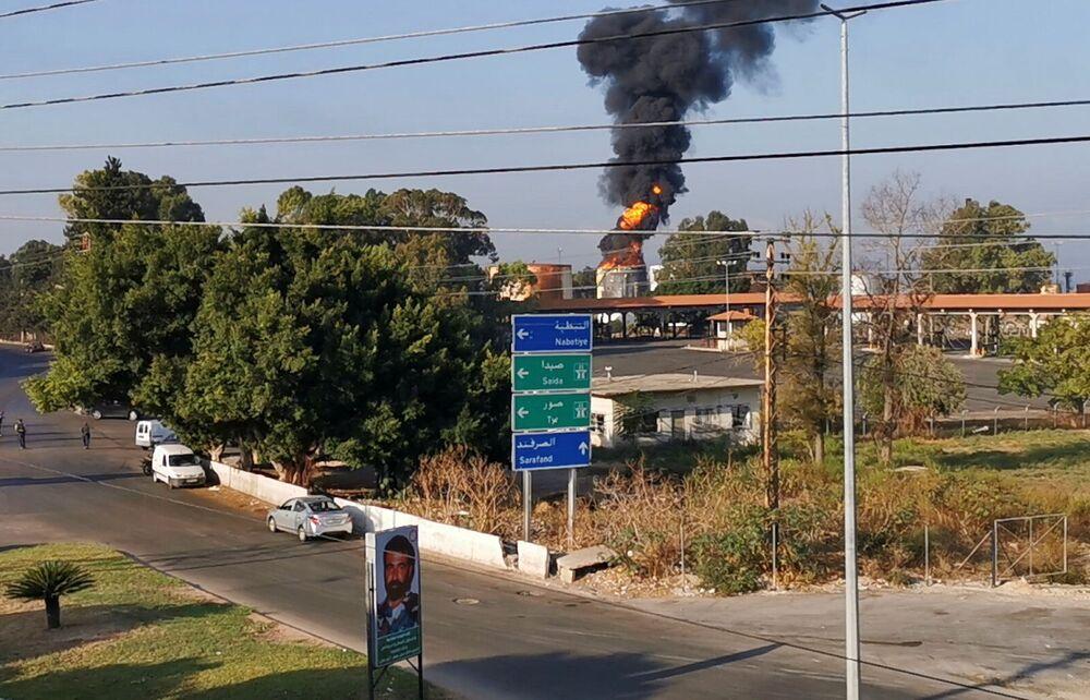 أدخنة كثيفة تتصاعد إثر حريق اشتعل في صهريج الوقود في الزهراني، مدينة صيدا جنوبي لبنان، 11 أكتوبر 2021