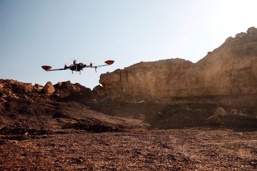 تجربة درون استطلاعي من قبل فريق رواد الفضاء من النمسا وإسرائيل، في موقع يحاكي محطة خارج الموقع في حفرة رامون في متسبي رمون في صحراء النقب جنوب إسرائيل في 10 أكتوبر 2021.