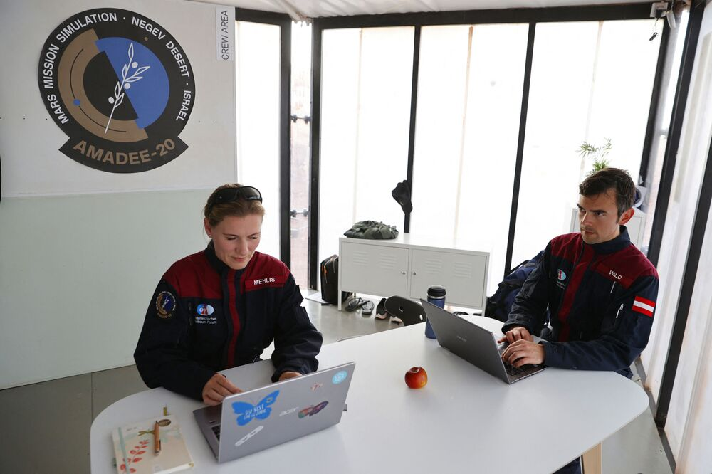 رائدة فضاء الألمانية أنيكا ميليس، وزميلها النمساوي روبرت وايلد، أثناء العمل في موقع يحاكي محطة فضاء في حفرة رامون في متسبي رمون في صحراء النقب جنوب إسرائيل في 10 أكتوبر 2021.