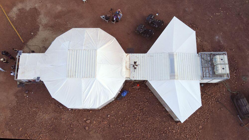منظر جوي لموقع يحاكي محطة فضاء في حفرة رامون في متسبي رمون في صحراء النقب جنوب إسرائيل في 10 أكتوبر 2021.