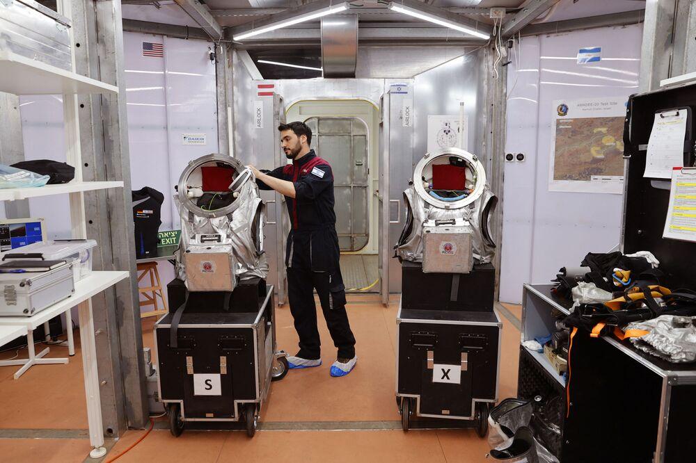 رائد فضاء الإسرائيلي ألون تنزر من إسرائيل، أثناء العمل في موقع يحاكي محطة فضاء في حفرة رمون في متسبي رمون في صحراء النقب جنوب إسرائيل، 10 أكتوبر 2021.